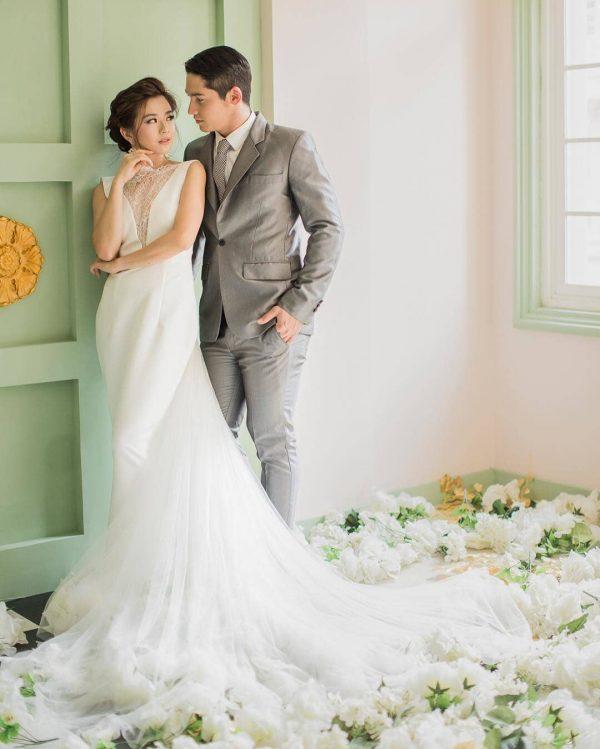 foto prewedding indoor dengan tema sederhana